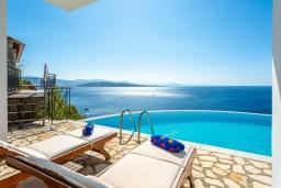 Территория. Греция, Нисаки : Шикарная вилла с бассейном, двориком с барбекю и прекрасным видом на море, 3 спальни, 3 ванные комнаты, парковка, Wi-Fi