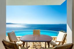 Обеденная зона. Греция, Нисаки : Шикарная вилла с бассейном, двориком с барбекю и прекрасным видом на море, 3 спальни, 3 ванные комнаты, парковка, Wi-Fi