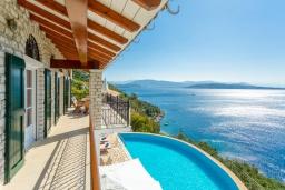 Балкон. Греция, Нисаки : Шикарная вилла с бассейном, двориком с барбекю и прекрасным видом на море, 3 спальни, 3 ванные комнаты, парковка, Wi-Fi