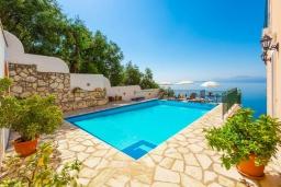 Бассейн. Греция, Нисаки : Прекрасная вилла с бассейном, двориком с барбекю и видом на море, 3 спальни, 3 ванные комнаты, парковка, Wi-Fi