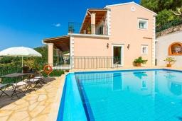Фасад дома. Греция, Нисаки : Прекрасная вилла с бассейном, двориком с барбекю и видом на море, 3 спальни, 3 ванные комнаты, парковка, Wi-Fi