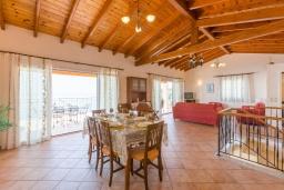 Гостиная. Греция, Нисаки : Прекрасная вилла с бассейном, двориком с барбекю и видом на море, 3 спальни, 3 ванные комнаты, парковка, Wi-Fi