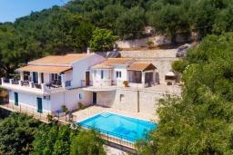 Фасад дома. Греция, Кроузери : Прекрасная вилла в 80 метах от пляжа с бассейном, двориком с барбекю и видом на море, 3 спальни, 3 ванные комнаты, парковка, Wi-Fi