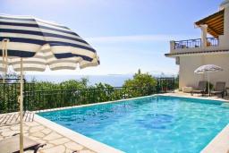 Бассейн. Греция, Кроузери : Прекрасная вилла в 80 метах от пляжа с бассейном, двориком с барбекю и видом на море, 3 спальни, 3 ванные комнаты, парковка, Wi-Fi