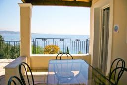 Обеденная зона. Греция, Кроузери : Прекрасная вилла в 80 метах от пляжа с бассейном, двориком с барбекю и видом на море, 3 спальни, 3 ванные комнаты, парковка, Wi-Fi