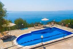 Бассейн. Греция, Кроузери : Прекрасная вилла с бассейном, двориком с барбекю и видом на море, 2 гостиные, 3 спальни, 3 ванные комнаты, парковка, Wi-Fi