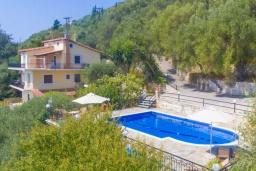 Фасад дома. Греция, Кроузери : Прекрасная вилла с бассейном, двориком с барбекю и видом на море, 2 гостиные, 3 спальни, 3 ванные комнаты, парковка, Wi-Fi