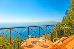 Балкон. Греция, Кроузери : Прекрасная вилла с бассейном, двориком с барбекю и видом на море, 2 гостиные, 3 спальни, 3 ванные комнаты, парковка, Wi-Fi