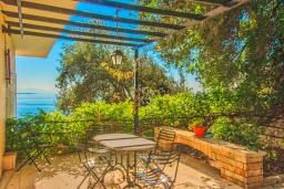 Территория. Греция, Кроузери : Прекрасная вилла с бассейном, двориком с барбекю и видом на море, 2 гостиные, 3 спальни, 3 ванные комнаты, парковка, Wi-Fi