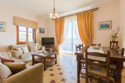 Гостиная. Греция, Кроузери : Прекрасная вилла с бассейном, двориком с барбекю и видом на море, 2 гостиные, 3 спальни, 3 ванные комнаты, парковка, Wi-Fi