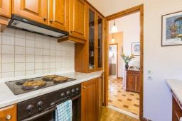 Кухня. Греция, Кроузери : Прекрасная вилла с бассейном, двориком с барбекю и видом на море, 2 гостиные, 3 спальни, 3 ванные комнаты, парковка, Wi-Fi