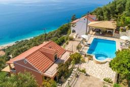 Фасад дома. Греция, Кроузери : Уютная вилла с бассейном, двориком с барбекю и видом на море, 2 спальни, 2 ванные комнаты, парковка, Wi-Fi