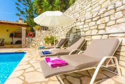 Зона отдыха у бассейна. Греция, Кроузери : Уютная вилла с бассейном, двориком с барбекю и видом на море, 2 спальни, 2 ванные комнаты, парковка, Wi-Fi
