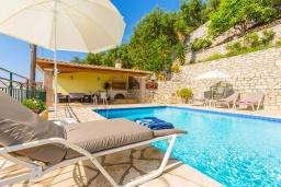 Бассейн. Греция, Кроузери : Уютная вилла с бассейном, двориком с барбекю и видом на море, 2 спальни, 2 ванные комнаты, парковка, Wi-Fi