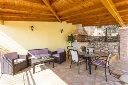 Терраса. Греция, Кроузери : Уютная вилла с бассейном, двориком с барбекю и видом на море, 2 спальни, 2 ванные комнаты, парковка, Wi-Fi