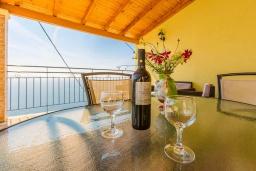 Обеденная зона. Греция, Кроузери : Уютная вилла с бассейном, двориком с барбекю и видом на море, 2 спальни, 2 ванные комнаты, парковка, Wi-Fi