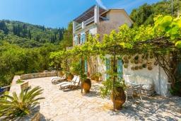 Территория. Греция, Агни Бэй : Роскошная вилла с двумя бассейнами, зеленым садом и видом на море, 2 гостиные, 6 спален, 5 ванных комнат, барбекю, парковка, Wi-Fi