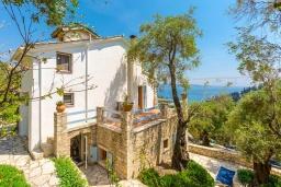 Фасад дома. Греция, Агни Бэй : Роскошная вилла с двумя бассейнами, зеленым садом и видом на море, 2 гостиные, 6 спален, 5 ванных комнат, барбекю, парковка, Wi-Fi