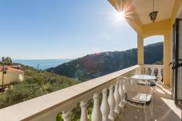 Балкон. Греция, Гимари : Уютный дом с видом на море, 2 спальни, парковка, Wi-Fi