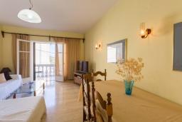 Гостиная. Греция, Гимари : Уютный дом с видом на море, 2 спальни, парковка, Wi-Fi