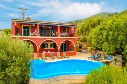 Фасад дома. Греция, Гимари : Прекрасная вилла с бассейном, двориком с барбекю и видом на море, 4 спальни, 2 ванные комнаты, парковка, Wi-Fi