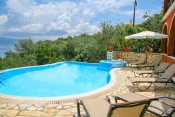 Бассейн. Греция, Гимари : Прекрасная вилла с бассейном, двориком с барбекю и видом на море, 4 спальни, 2 ванные комнаты, парковка, Wi-Fi