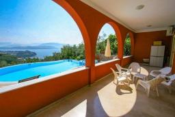 Территория. Греция, Гимари : Прекрасная вилла с бассейном, двориком с барбекю и видом на море, 4 спальни, 2 ванные комнаты, парковка, Wi-Fi
