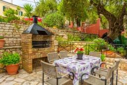 Обеденная зона. Греция, Гимари : Прекрасная вилла с бассейном, двориком с барбекю и видом на море, 4 спальни, 2 ванные комнаты, парковка, Wi-Fi