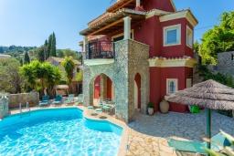 Фасад дома. Греция, Калами : Прекрасная вилла с бассейном, двориком с барбекю и видом на море, 2 гостиные, 4 спальни, 3 ванные комнаты, парковка, Wi-Fi