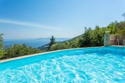 Бассейн. Греция, Калами : Прекрасная вилла с бассейном, двориком с барбекю и видом на море, 2 гостиные, 4 спальни, 3 ванные комнаты, парковка, Wi-Fi