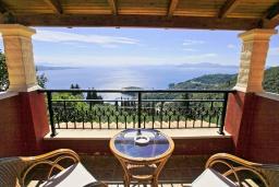 Балкон. Греция, Калами : Прекрасная вилла с бассейном, двориком с барбекю и видом на море, 2 гостиные, 4 спальни, 3 ванные комнаты, парковка, Wi-Fi