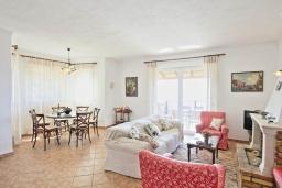 Гостиная. Греция, Калами : Прекрасная вилла с бассейном, двориком с барбекю и видом на море, 2 гостиные, 4 спальни, 3 ванные комнаты, парковка, Wi-Fi