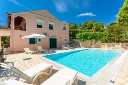 Фасад дома. Греция, Айос Стефанос : Прекрасная вилла с бассейном, двориком с барбекю и видом на море, 3 спальни, 4 ванные комнаты, парковка, Wi-Fi
