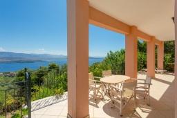 Территория. Греция, Айос Стефанос : Прекрасная вилла с бассейном, двориком с барбекю и видом на море, 3 спальни, 4 ванные комнаты, парковка, Wi-Fi