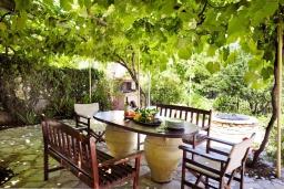 Обеденная зона. Греция, Айос Стефанос : Прекрасная вилла с бассейном, двориком с барбекю и видом на море, 3 спальни, 4 ванные комнаты, парковка, Wi-Fi