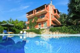 Фасад дома. Греция, Айос Стефанос : Прекрасная вилла с бассейном, двориком с барбекю и видом на море, 4 гостиные, 10 спален, 6 ванных комнат, парковка, Wi-Fi