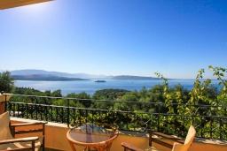 Балкон. Греция, Айос Стефанос : Прекрасная вилла с бассейном, двориком с барбекю и видом на море, 4 гостиные, 10 спален, 6 ванных комнат, парковка, Wi-Fi