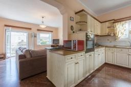 Кухня. Греция, Айос Стефанос : Уютная вилла 150 метрах от пляжа, с бассейном, двориком с барбекю и видом на море, 4 спальни, 3 ванные комнаты, парковка, Wi-Fi