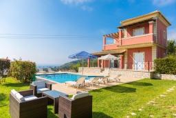 Фасад дома. Греция, Айос Стефанос : Прекрасная вилла с бассейном, зеленым двориком с барбекю и видом на море, 3 спальни, 3 ванные комнаты, парковка, Wi-Fi