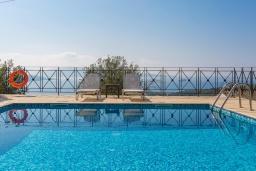 Бассейн. Греция, Айос Стефанос : Прекрасная вилла с бассейном, зеленым двориком с барбекю и видом на море, 3 спальни, 3 ванные комнаты, парковка, Wi-Fi