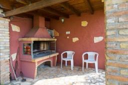 Территория. Греция, Айос Стефанос : Прекрасная вилла с бассейном, зеленым двориком с барбекю и видом на море, 3 спальни, 3 ванные комнаты, парковка, Wi-Fi