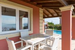 Обеденная зона. Греция, Айос Стефанос : Прекрасная вилла с бассейном, зеленым двориком с барбекю и видом на море, 3 спальни, 3 ванные комнаты, парковка, Wi-Fi