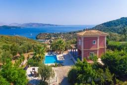 Фасад дома. Греция, Айос Стефанос : Прекрасная вилла с бассейном, двориком с барбекю и видом на море, 3 спальни, 3 ванные комнаты, парковка, Wi-Fi