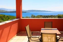 Балкон. Греция, Айос Стефанос : Прекрасная вилла с бассейном, двориком с барбекю и видом на море, 3 спальни, 3 ванные комнаты, парковка, Wi-Fi