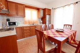 Кухня. Греция, Айос Стефанос : Прекрасная вилла с бассейном, двориком с барбекю и видом на море, 3 спальни, 3 ванные комнаты, парковка, Wi-Fi