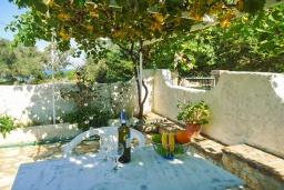 Обеденная зона. Греция, Кассиопи : Уютная вилла в 160 метрах от пляжа с бассейном, 2 спальни, парковка, Wi-Fi