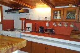 Кухня. Греция, Кассиопи : Уютная вилла в 160 метрах от пляжа с бассейном, 2 спальни, парковка, Wi-Fi