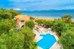 Фасад дома. Греция, Каламаки : Прекрасная вилла недалеко от пляжа с бассейном и видом на море, 8 спален, 5 ванных комнат, барбекю, парковка, Wi-Fi