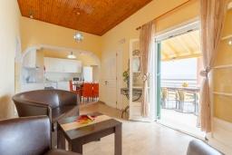 Гостиная. Греция, Каламаки : Прекрасная вилла недалеко от пляжа с бассейном и видом на море, 8 спален, 5 ванных комнат, барбекю, парковка, Wi-Fi