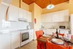 Кухня. Греция, Каламаки : Прекрасная вилла недалеко от пляжа с бассейном и видом на море, 8 спален, 5 ванных комнат, барбекю, парковка, Wi-Fi
